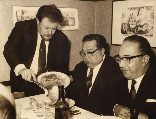 Aldo Fabrizi a pranzo da Checchino dal 1887 con l'allora Sindaco di Roma, e con Sergio Mariani e i rigatoni con la pajata